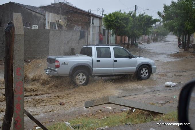 Chove forte em Santa Cruz do Capibaribe nesta segunda-feira (28)