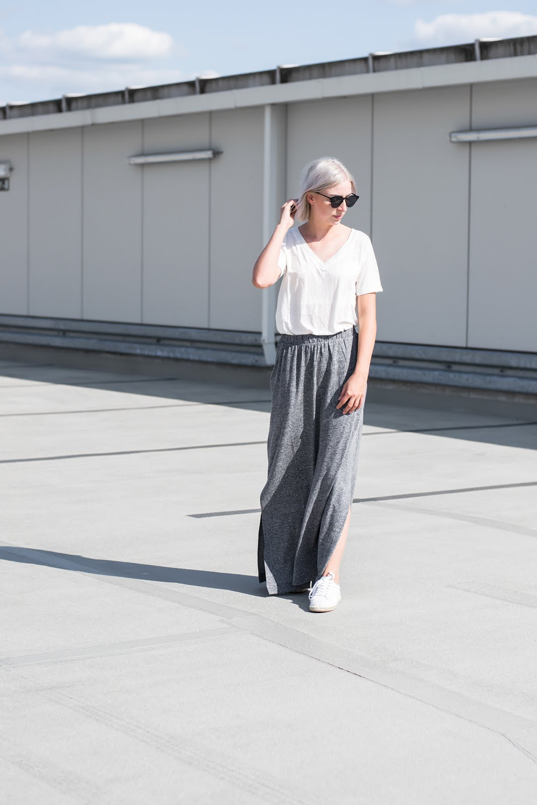 s.Oliver, summer look, minimal, white t-shirt, maxi skirt, jersey, espadrille sneakers