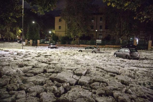 Εικόνες πέρα από κάθε φαντασία από σφοδρή χαλαζόπτωση στην Ιταλία (βίντεο)