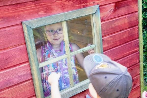 jak nie zwariować w wakacje z dziećmi, dzieci przy drewnianym domku