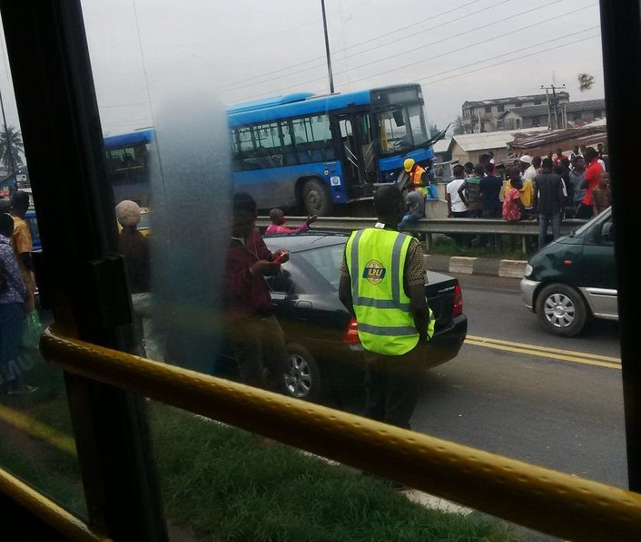 Accident: Blue BRT Bus got stuck on bridge railing at Mile 12 (photos)