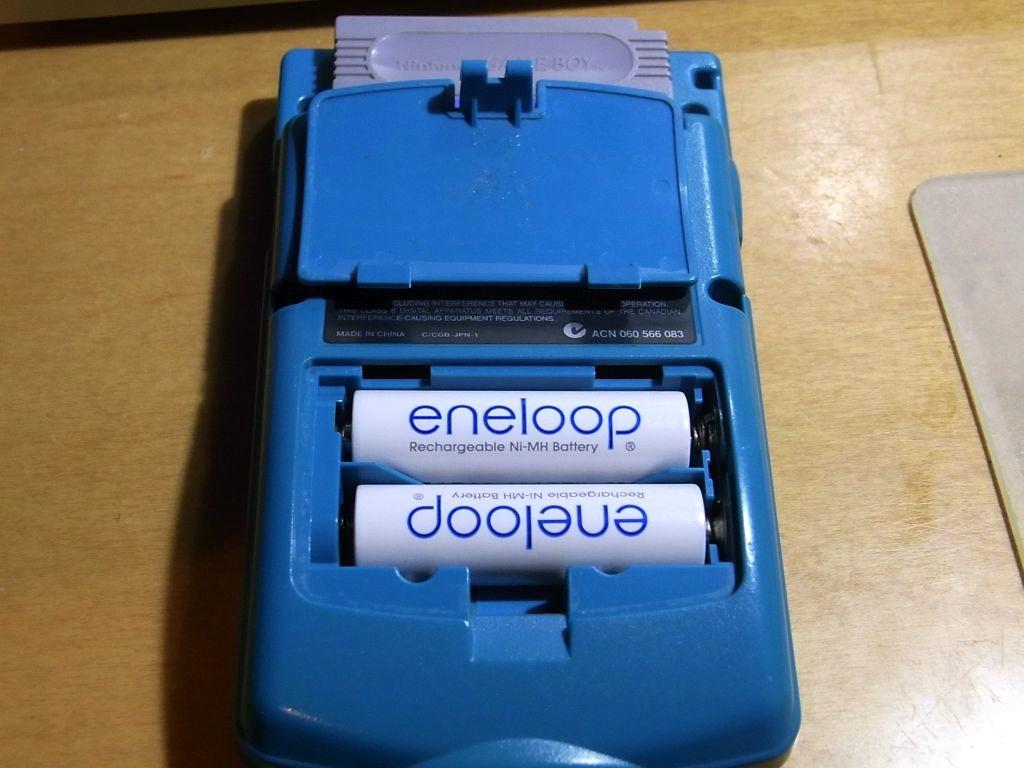 単3電池の採用でカラーになったのに連続使用時間は約20時間と大幅に増えています。(モノクロのポケットは連続約8時間でした)