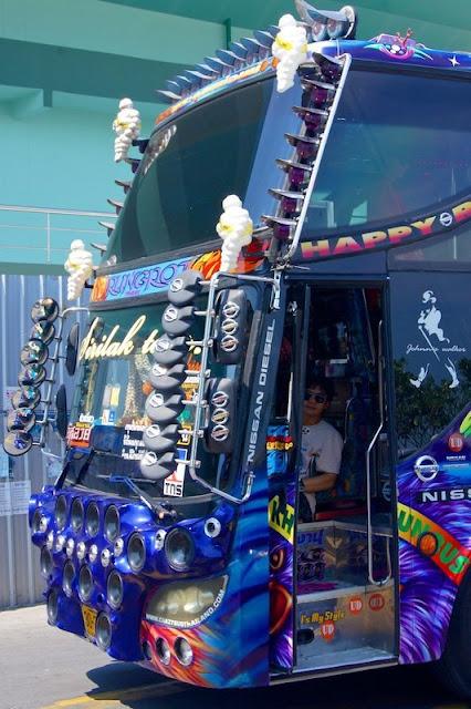 Аудиоколонки и зеркала впереди автобуса
