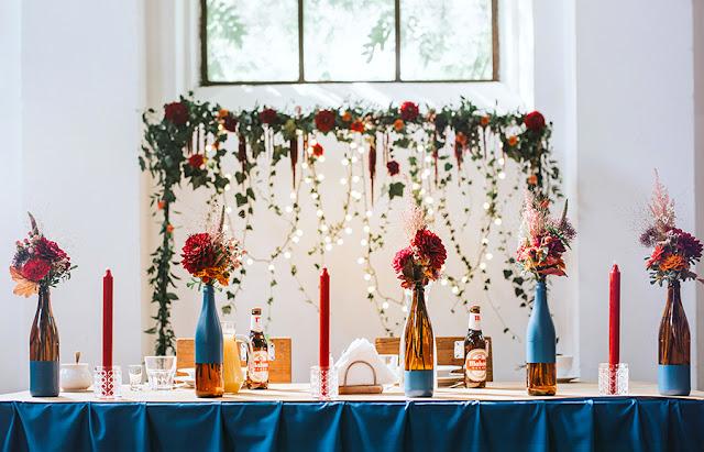 dekoracje ślubne niebieskie, dekoracje ślubne czerwone, wilga i kruk