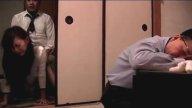 เพื่อนเจ้าบ่าวแอบเย็ดหีเจ้าสาวในห้องน้ำ แล้วตามไปฟัดเมียเพื่อนถึงบ้านตอนผัวเมาหลับ