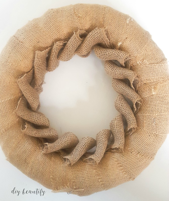 How to make a beautiful burlap petal wreath, great gift idea! I'm sharing the full tutorial at diy beautify!