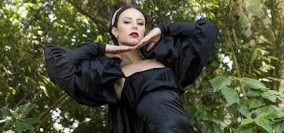 A Dona do Pedaço: Vestido de noiva preto de Vivi  é de grife italiana com capa gigante