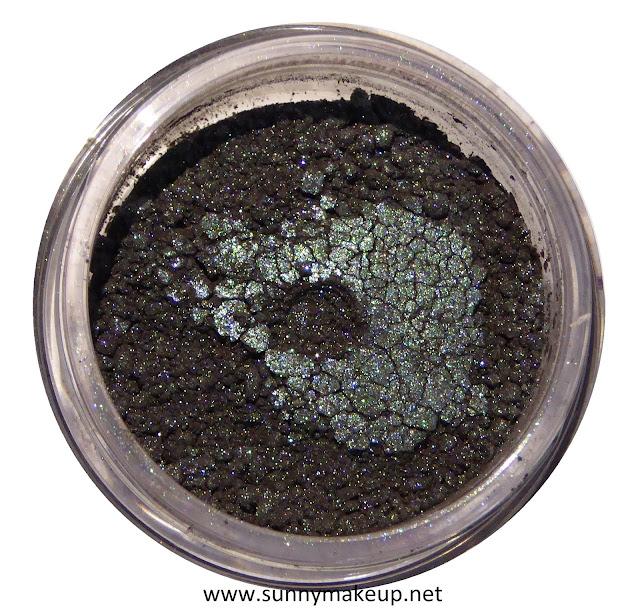 Neve Cosmetics - Sisters of Pearl. Ombretto minerale nella colorazione Oyster.