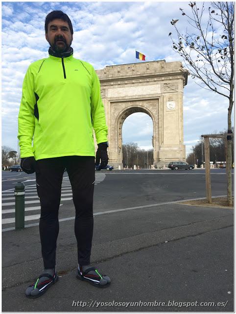 Uno posando ante el Arco del Triunfo rumano