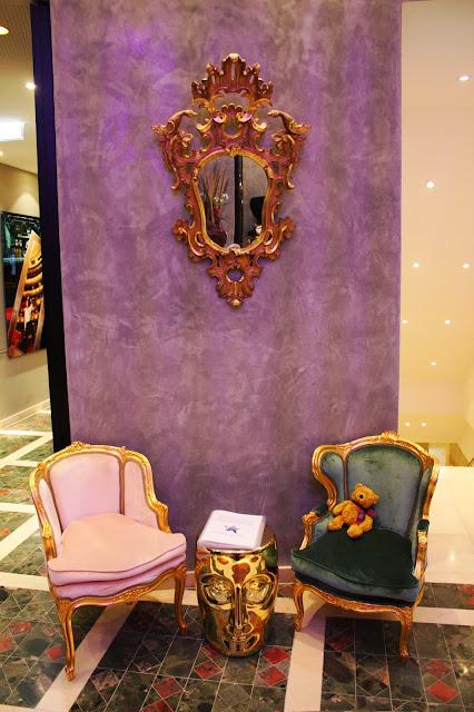 Antike Möbel wecken den historischen Geist des Hauses © Copyright Monika Fuchs, TravelWorldOnline
