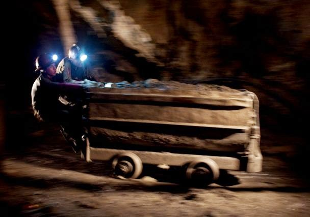 carros-de-mineral-con-fuerza-humana-cochabandido-blog-potosi-bolivia