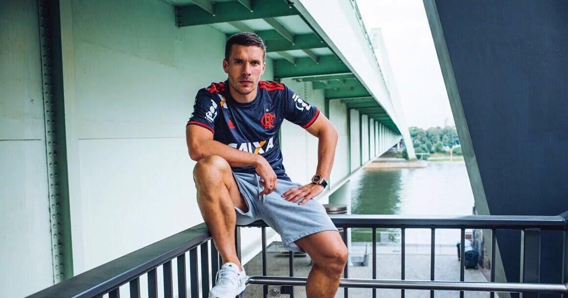 2a0ba2262fa22 Podolski paga de modelo com a camisa do Flamengo. Confira ...