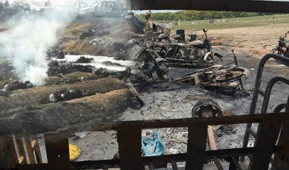 Sebuah trak tangki minyak yang sarat dengan muatan minyak telah terbalik dan menyebabkan satu tragedi
