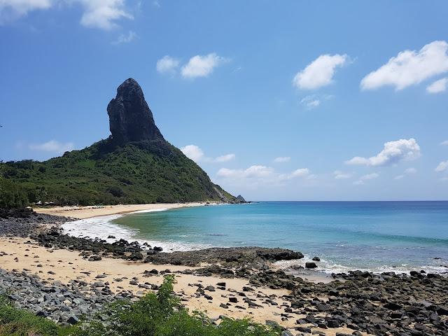 Morro do Pico visto da Praia da Conceição - Fernando de Noronha
