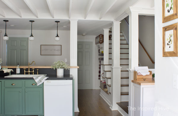 Cozy vintage inspired farmhouse kitchen | The Inspired Hive