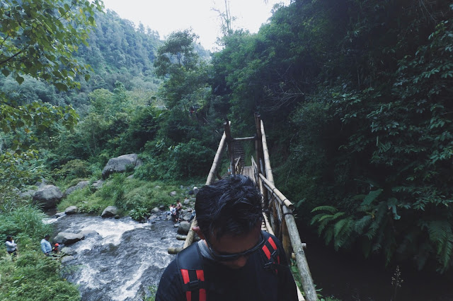 Jembatan cinta air terjun Coban Pelangi Malang
