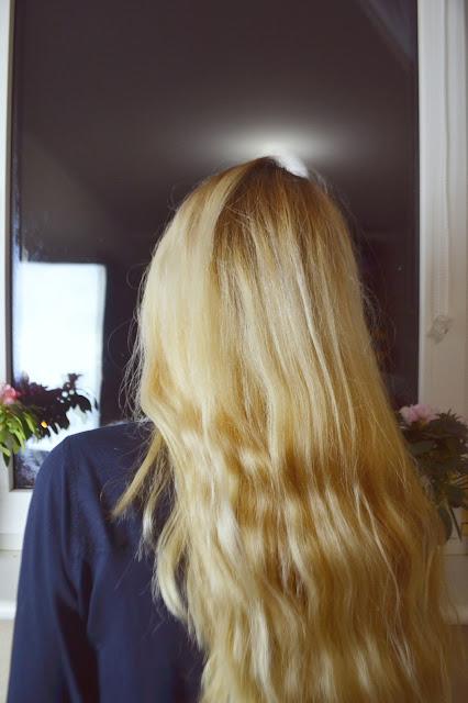 wieczne dylematy blondynek, chłodzenie odcienia gencjana, włosy falowane a farbowanie