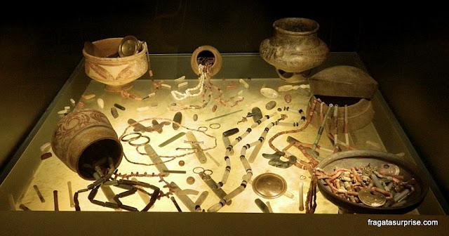 Objetos encontrados em uma câmara funerária pré-colombiana, Museu do Ouro de Bogotá