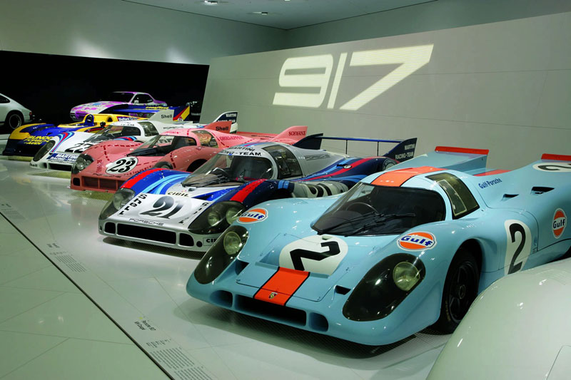 Porsche Sont Exposs Tels Quun Ncessaire De Dessin Avec Trousse Et Rgle Son Agenda 1971 Parapluie Porte Cartes Sa Carte Visite