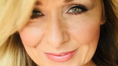 Wanita Ini Selalu Menggunakan Maskara Tebal Selama 25 Tahun Namun Kini Kondisinya Mengerikan