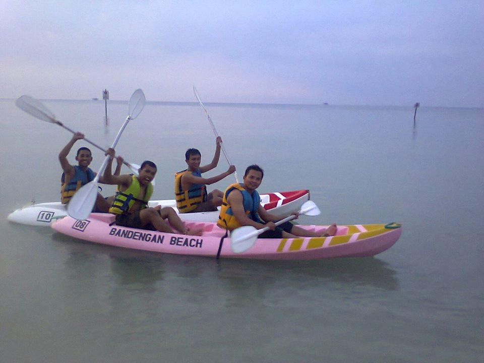 Bermain Kano dan Jet Ski di Pantai Bandengan - KATALOG PIKNIK