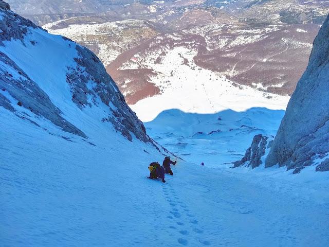 faee5a7568 Amici di vecchie escursioni i primi due (vedi post del Tredici Maggio 2018  - Monte Amaro dal rifugio Pomilio per i Tre Portoni - parzialmente  Invernale), ...