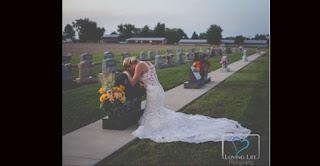 Noiva vai a túmulo de bombeiro no dia em que iriam se casar