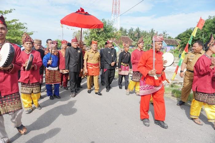 Nanang Ermanto Di Dampingi Pangeran Penyimbang Marga Dengan diarak Khudat dan Pencak Lampung.
