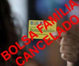 Imagem com mão segurando cartão bolsa família e escrito Bolsa família cancelado