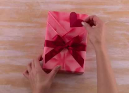gambar memasang pita kado ulang tahun