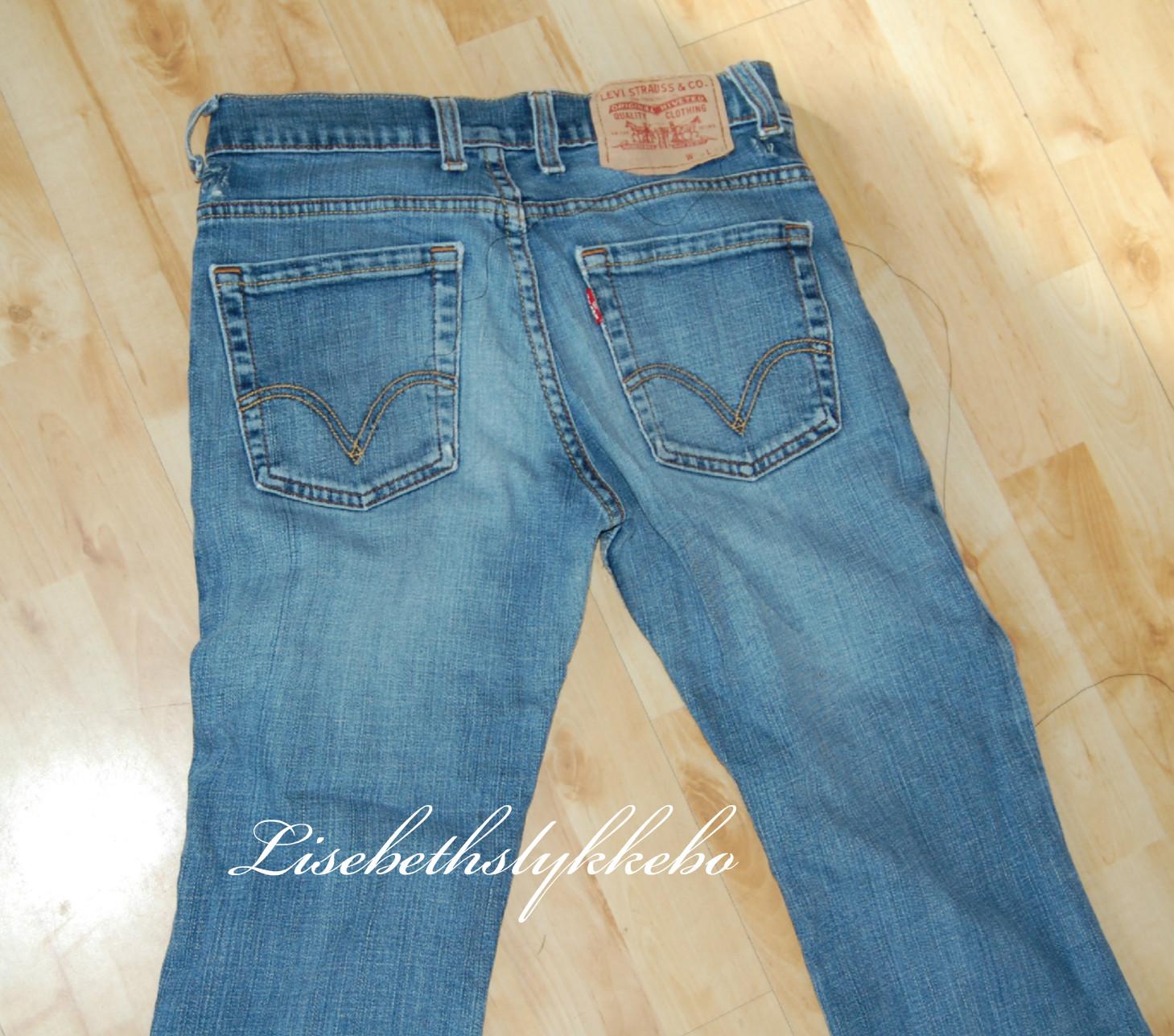 19379ab1 ... bruke disse buksene på. I dag ble det en veske som jeg kan ha  strikketøyet mitt oppi. Da er det lett å dra med seg når jeg er på vei ut  dørene.