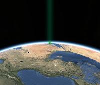 Dünya üzerindeki Kabe ve üzerinden yükselen yeşil ışık huzmesi