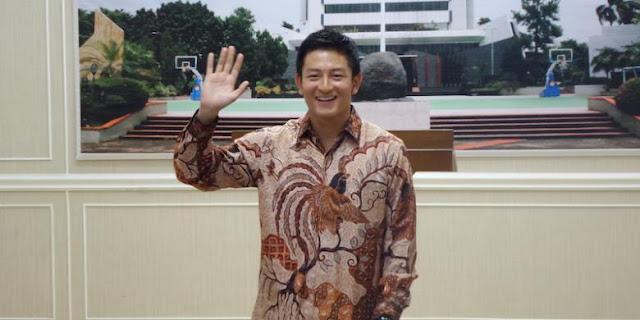 Pebalap Indonesia, Rio Haryanto, melambai kepada wartawan pada jumpa pers di gedung Kemenpora Jakarta, Rabu (27/1/2016).
