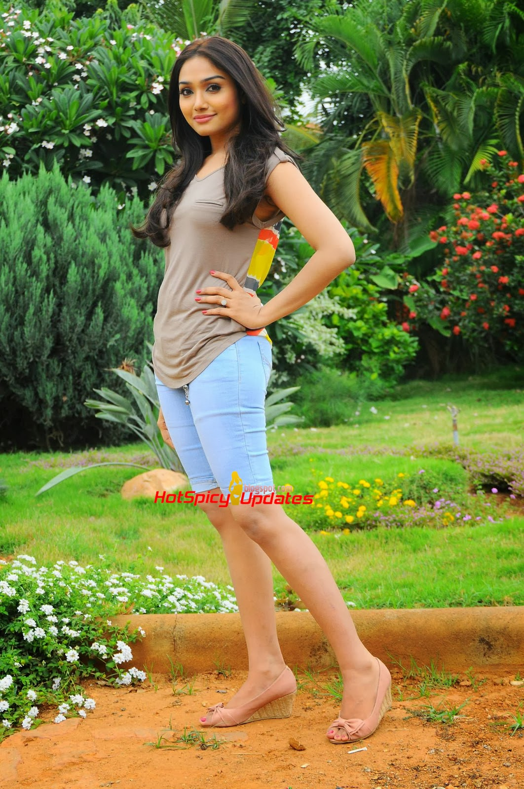 Aishwarya menon hot Photos ~ Actress Navel Photo pics