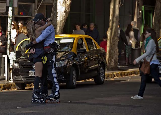 Pareja de patinadores besándose