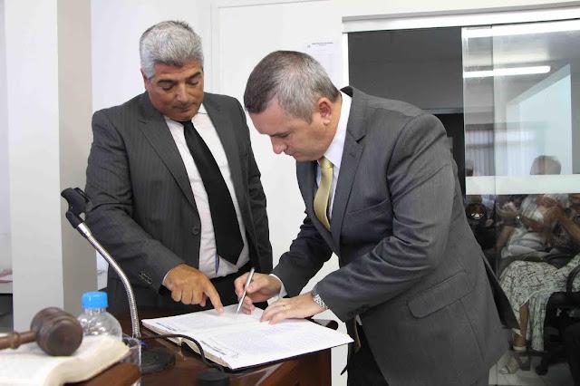 Geraldino Júnior tomou posse como prefeito da Ilha Comprida e assumiu
