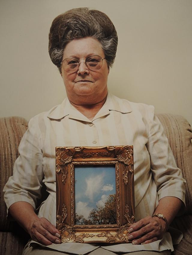 bonnie met een foto van een engel door alec soth