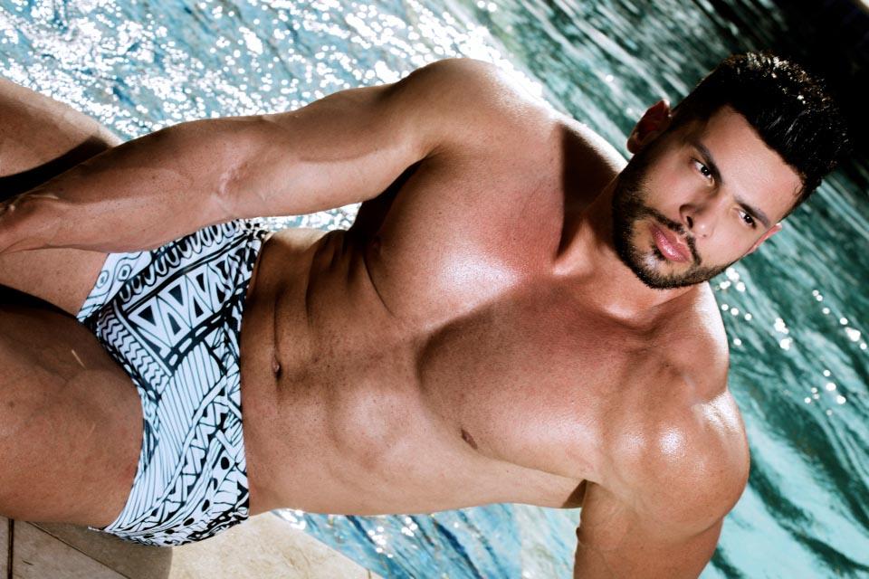 Lucas Mesquita, o Gavião do SBT, posa de sunga em piscina e mostra o corpo sarado