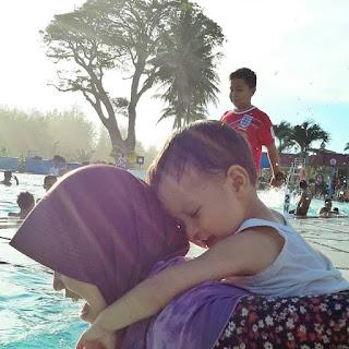 bermain bersama di kolam renang