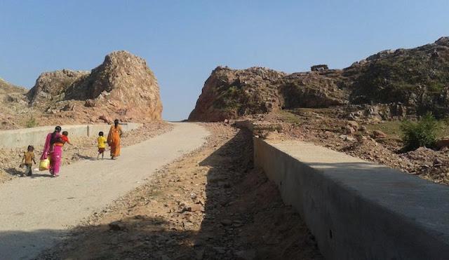 www.fertilmente.com.br - Dashrath Manjhi literalmente esculpiu sozinho uma passagem por entre a montanha para que sua cidade tivesse acesso a uma forma rápida e segura de acessar cidades maiores