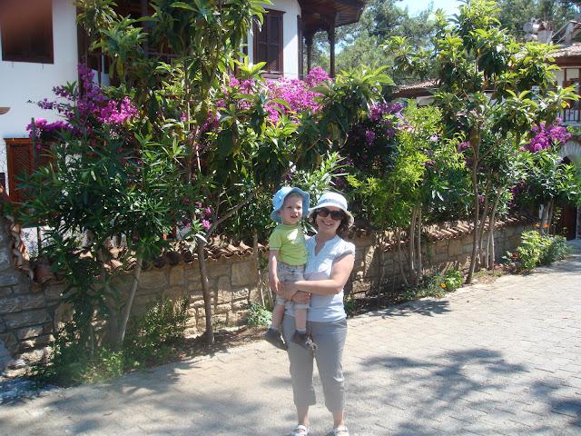 Geleneksel Akyaka evleri arasında dolaşırken