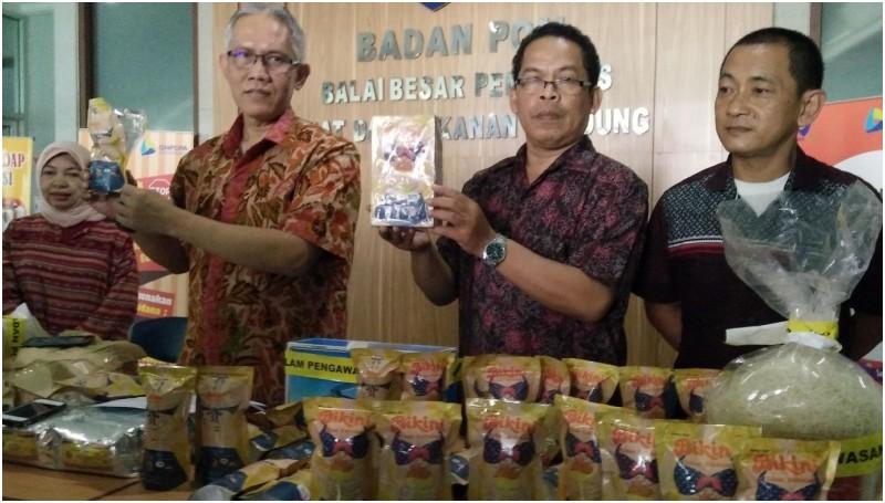BPOM Bandung memamerkan snack bikini dan bihun siap edar