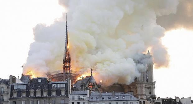 إنهيار برج كتدرائية نوتردام التاريخي في فرنسا بعدما إلتهمته النيران