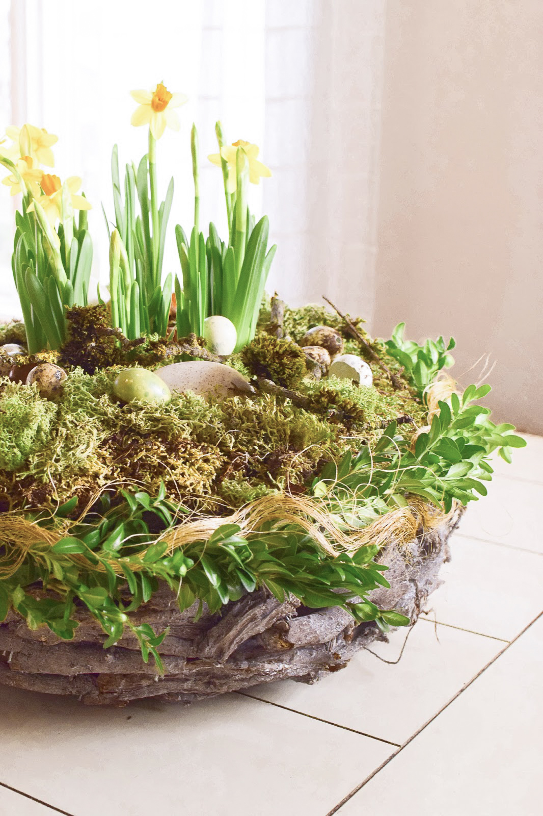 Osterdeko mit Natur: DIY Osternest mit Moos, Holzkranz, Narzissen, Eiern, Buchs. Einfach selber machen Ostern Dekoidee