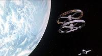 Fotograma de  2001: Una odisea del espacio con la estación espacial en forma de doble rueda