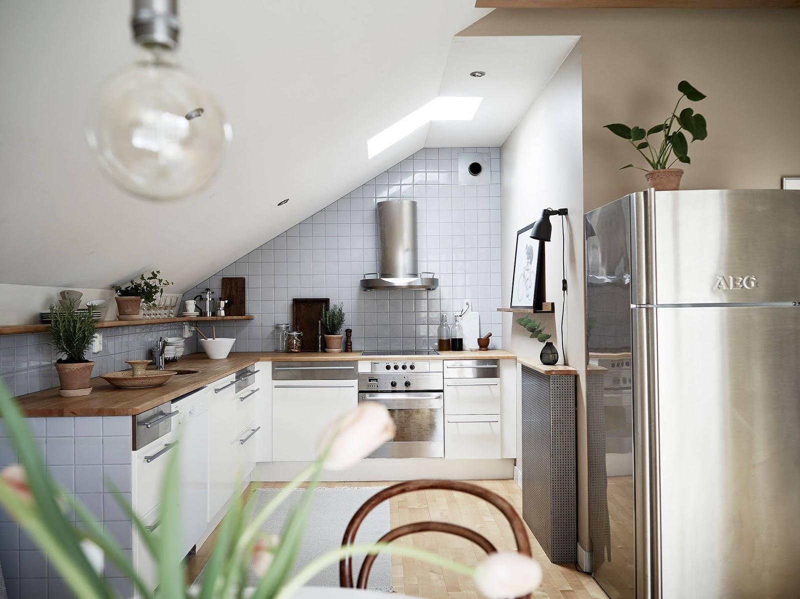 kuchnia w stylu skandynawskim, skośne ściany w kuchni, półki zamiast szafek w kuchni, biała kuchnia