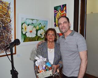 Edith di Sidi, pres. da Soarte, e Ricardo Guarilha, funcionário da Secretaria de Cultura, em momento de homenagem à artista plástica pelo trabalho à frente da entidade