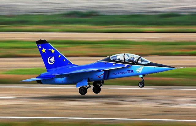 Hongdu L-15 despegando