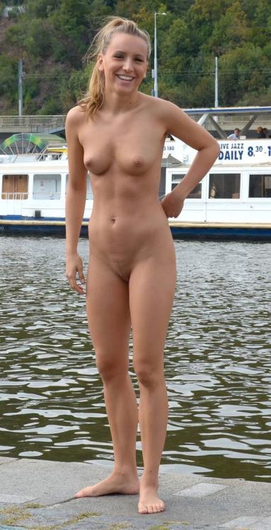 Pokturer av nakna flickor