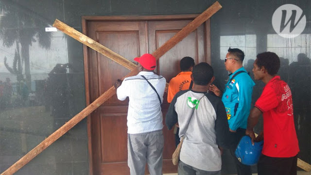 Kantor DPRD Fakfak Dipalang Masyarakat Mbaham Matta